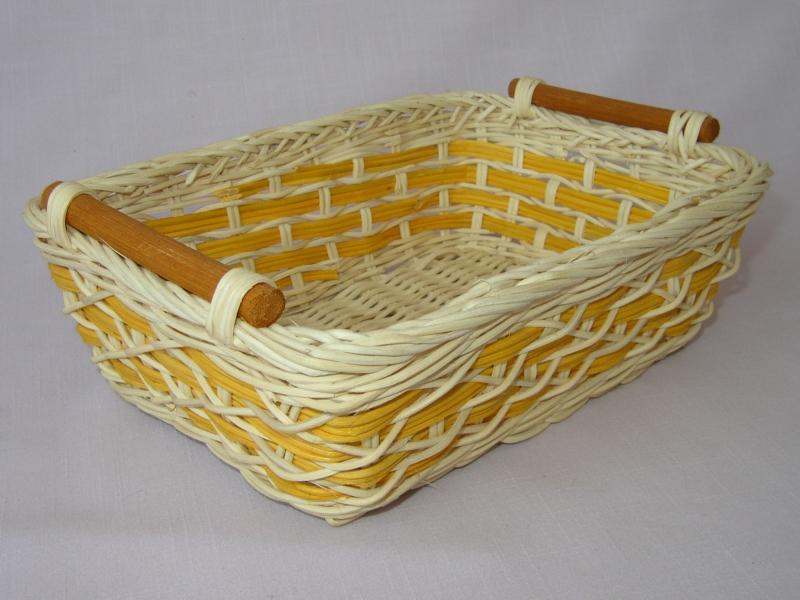 Ratanový košík se žlutým průpletem