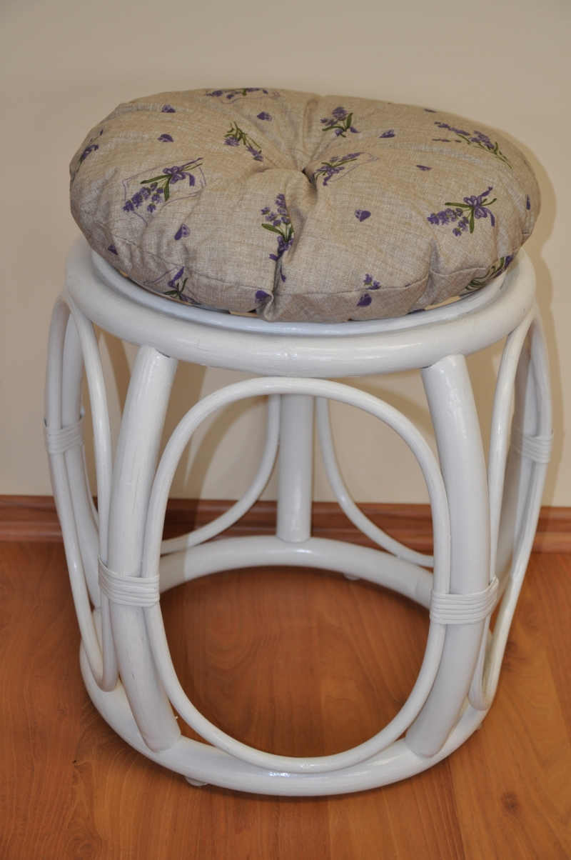 Ratanová taburetka široká bílá polstr levandule