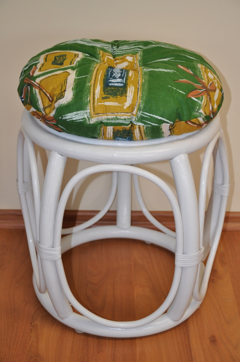 Ratanová taburetka široká bílá polstr zelený