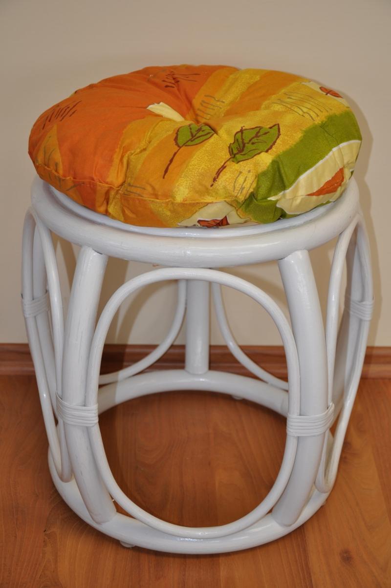 Ratanová taburetka široká bílá polstr žlutý motiv