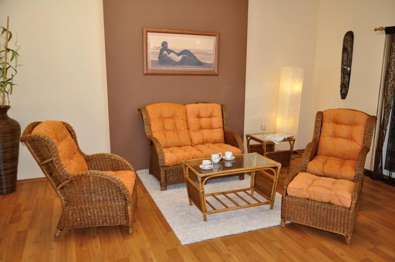 Ratanová sedací souprava Sulawesi brown wash velká polstry oranžové