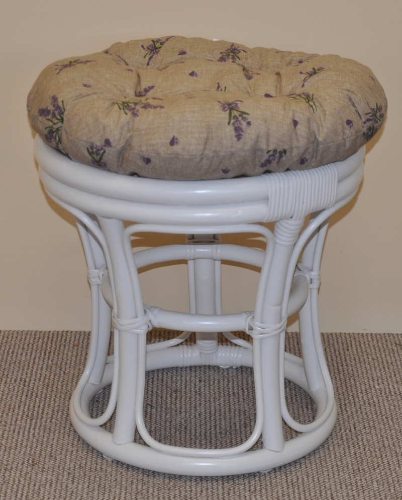 Ratanová taburetka úzká bílá polstr levandule