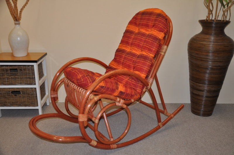 Ratanové houpací křeslo koňak polstr oranžová kostka
