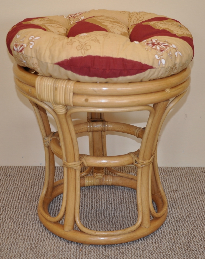 Ratanová taburetka medová polstr vínový motiv