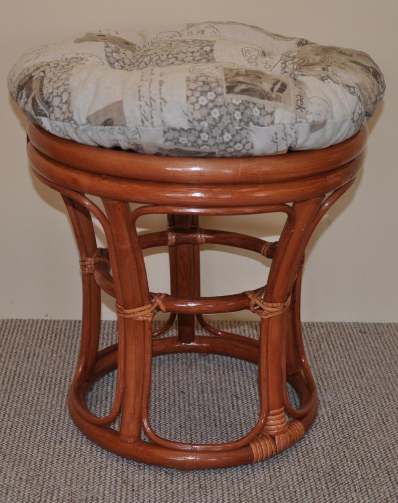 Ratanová taburetka koňak polstr vínový motiv známky